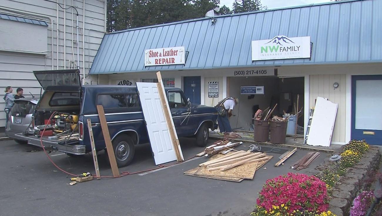 Se Car Agency >> Car Slams Into Se Portland Insurance Agency