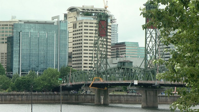 The Hawthorne Bridge over the Willamette River in downtown Portland, June 2, 2015 (KOIN)