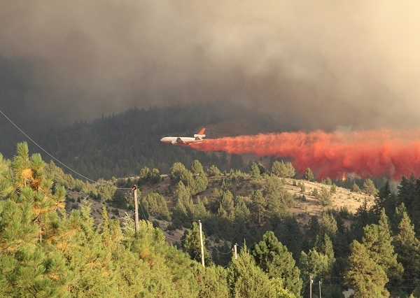 A plane drops retardant on the wildfire near John Day, August 28 2015. (KOIN)_197726