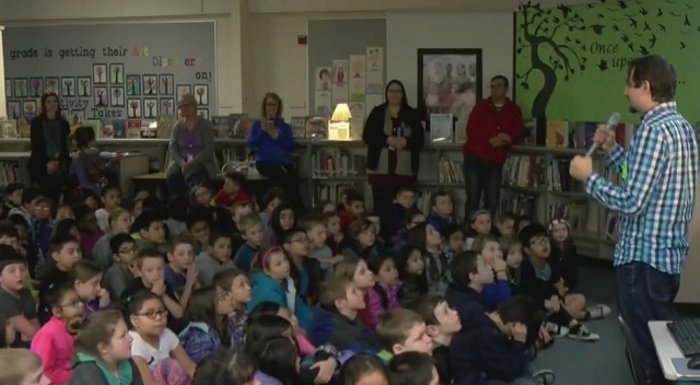 """Author Steven Bohls speaks at Mill Plain Elementary about his book, """"Jed and the Junkyard War,"""" March 27, 2017 (KOIN)"""